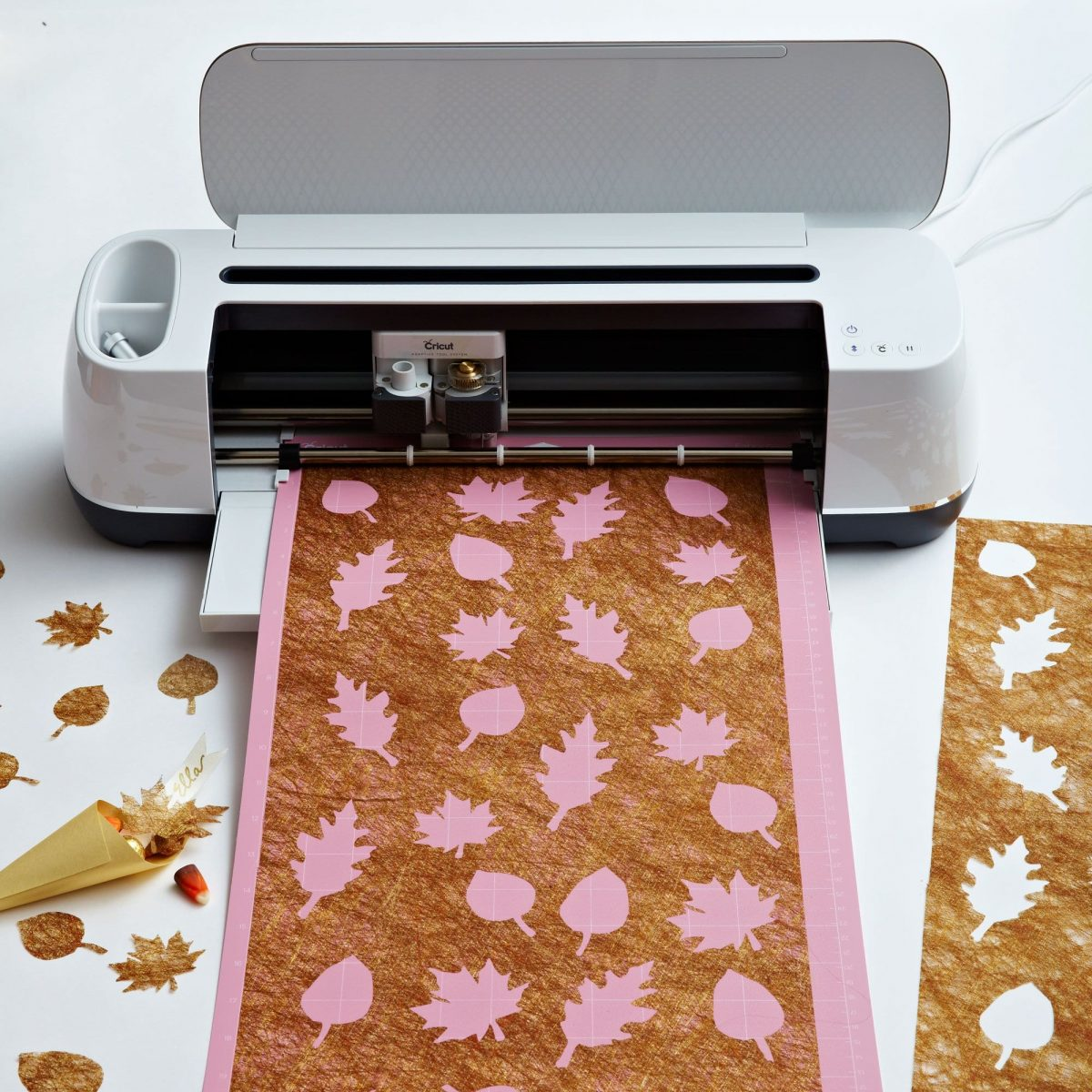 Darcy Miller Designs Gold Leaves Thanksgiving Table Decor Thanksgiving, Cricut, Tablescape, Table Décor, Paper Craft, DIY Confetti, DIY Table Runner, Fall Décor, Autumn Décor, Leaf Craft, Table Setting